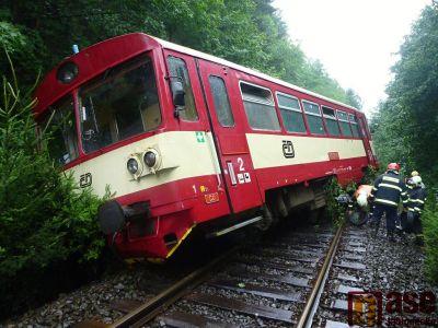 Cestující z vlaku evakuovali přes rozvodněnou řeku