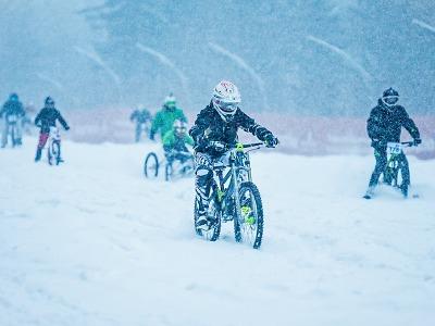 Sjezdovku ve Špindlu opět ovládnou šílení bikeři