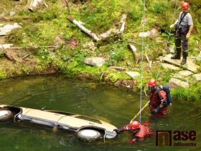 Hasiči vytahovali z lomu u Železného Brodu potopené auto