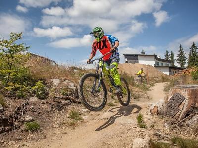 Za adrenalinem do jizerských i krkonošských bikeparků