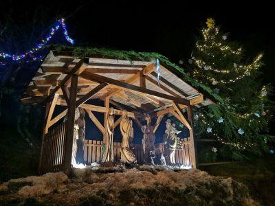 V Jindřichově opět září vánoční strom a dřevěný betlém