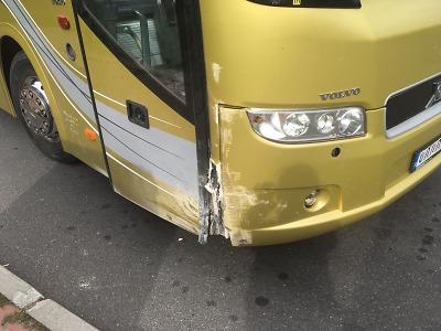 Řidič autobusu za jízdy zkolaboval, pohotově za něj zaskočil cestující