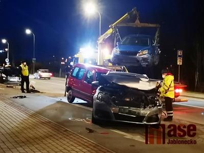 Řidič autobusu najel v Liberci do šesti zaparkovaných aut