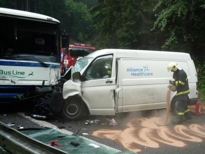 Srážka autobusu s dodávkou uzavřela silnici nad Brodem