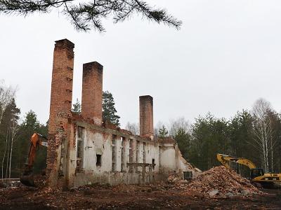 Demoliční práce v Ralsku pokračují. K zemi jdou i komíny bývalé kotelny