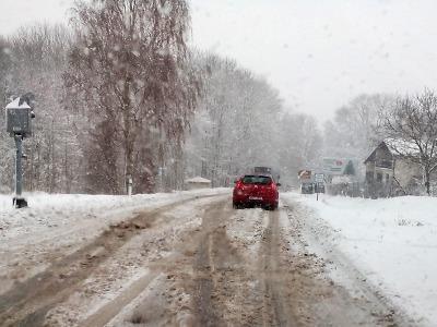 Příval sněhu zkomplikoval ve čtvrtek výrazně dopravu na Lomnicku