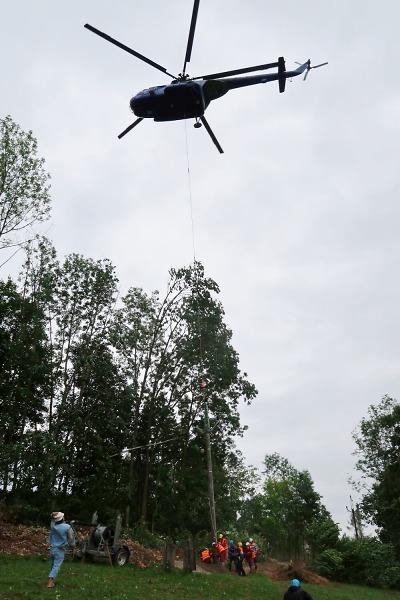 Stavba sloupů vedení vysokého napětí probíhala s pomocí vrtulníku