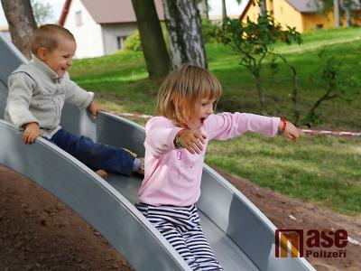 FOTO: V Lomnici slavnostně otevřeli nové dětské hřiště