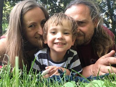 Skákání v louži i koupání v rybníku je pro našeho syna nemožné