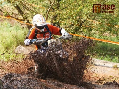 FOTO: Na enduru v Jilemnici jezdci zdolávali především bahno