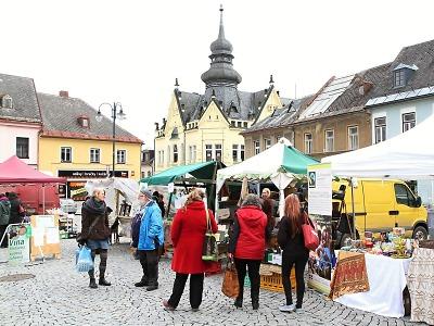 Na jilemnickém náměstí zahájili druhou sezonu farmářských trhů
