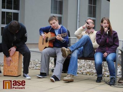 FOTO: Hangoveři akustickým koncertem na náměstí propagovali OstrovArt