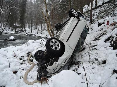 U Spálova sjelo auto z prudkého srázu až k řece Kamenici