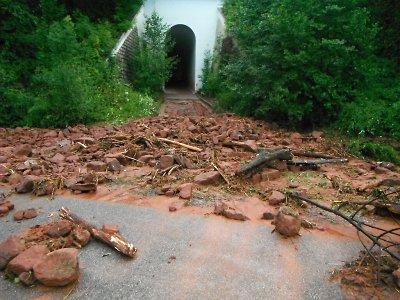 Krajem se prohnala další bouřka, v Libštátě naplavila na cestu kamení