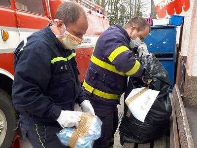 Náročná činnost krajských hasičů v nouzovém stavu