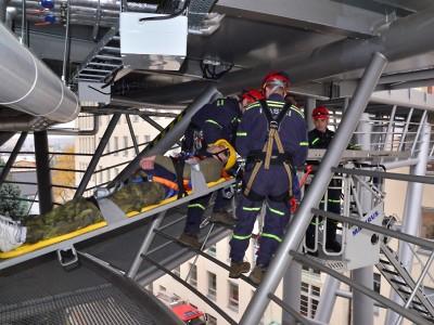 Krajští hasiči zachraňovali muže z tubusu libereckého heliportu