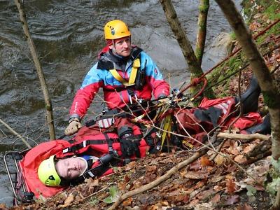 Složky IZS cvičily záchranu vodáků z převráceného raftu