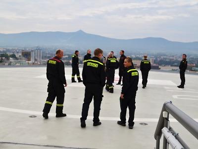 Krajští hasiči se seznamují s heliportem na liberecké nemocnici