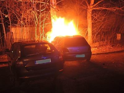 Hasiči během noci likvidovali požár stodoly a dvou osobních aut