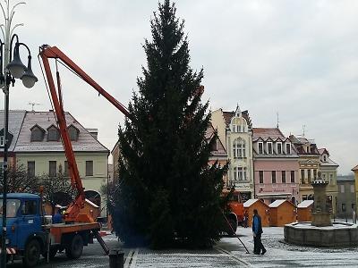 Krajští hasiči kontrolují osazení vánočních stromů na náměstích
