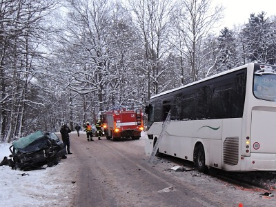 V Bořkově u Semil se srazilo auto s autobusem, je několik zraněných