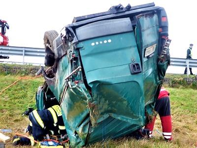 Po nehodě mezi Paceřicemi a Turnovem vyprošťovali zaklíněného