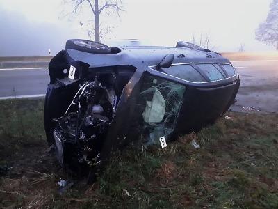Provoz na silnici u Karlovic narušila nehoda skútru s osobním autem