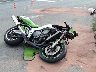 Motorkář svůj stroj nedobrzdil v turnovské ulici Fučíkova