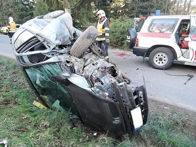 Jilemničtí hasiči vyprošťovali v Peřimově řidiče, který najel do stromu