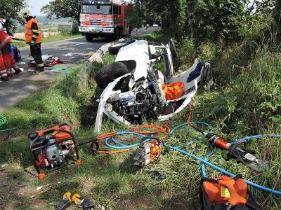 Vážná nehoda dvou aut zablokovala silnici ve Stružinci