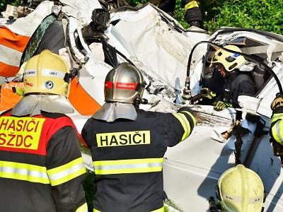 Hasiči vyprošťovali řidiče dodávky, která se u Stráže střetla s vlakem