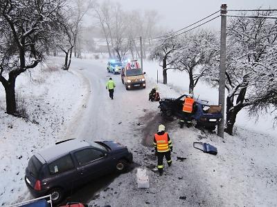 U Kozákova se srazila dvě auta, jednu řidičku museli hasiči vyprostit