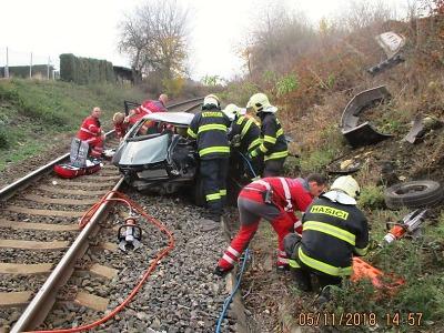 Srážka vlaku s autem ve Čtveříně u Turnova si vyžádala lidský život