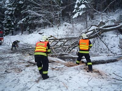 Hasiče zaměstnávají nehody. Popadané stromy uzavřely silnice i tratě