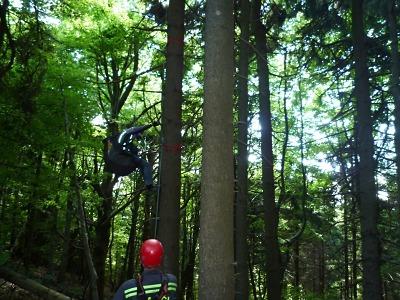 Hasiči zachraňovali na Kozákově ve stromě uvízlého paraglidistu