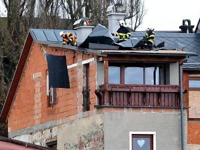 Silný vítr kácí stromy v Pojizeří, hasiči opět vytáhli motorové pily