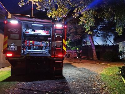 Hořela garáž ve Stružinci, hasiči zachránili auto i přilehlý dům