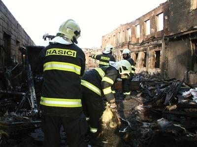 První bilance rozsáhlého požáru v Turnově: Zasahovalo přes 200 hasičů