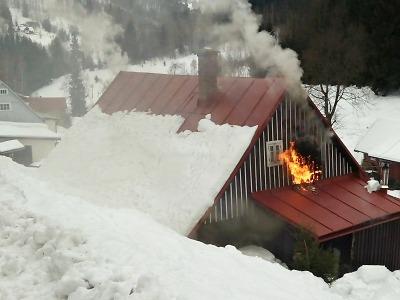 Požár roubené chalupy v Jablonečku zaměstnal šest jednotek hasičů