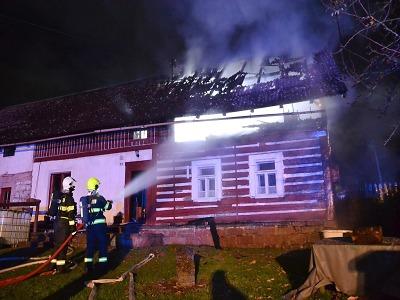 Ve Skuhrově u Lomnice hořela roubenka