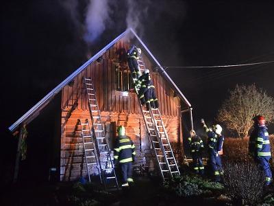 Hořela chalupa v Roztokách u Semil, škoda je odhadnuta na 100 tisíc