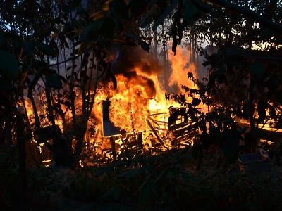 O víkendu hořelo pole u Zákup i chata v Příkrém