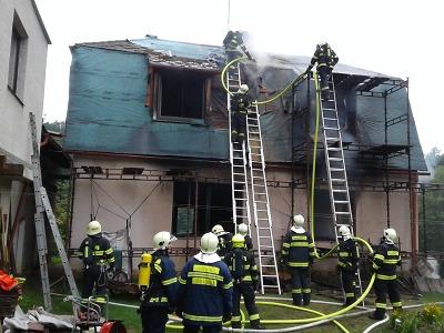 Rodinný dům v Kacanovech zachvátily plameny