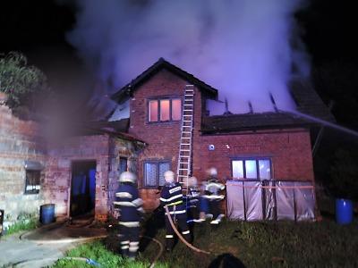 V Nové Vsi hořel rodinný dům, hasiči při hašení našli mrtvého