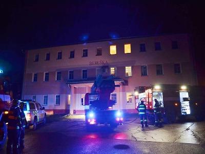Hasiči zachránili z hořícího domu v Kořenově čtyři obyvatele