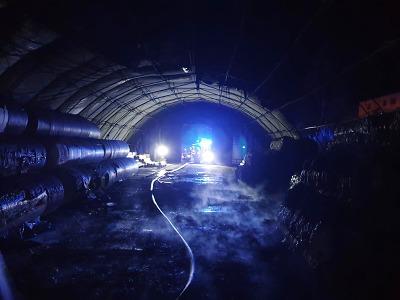 Požár skladovací haly v Lomnici zaměstnal v noci pět jednotek hasičů