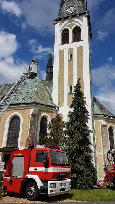 Hasiči zachránili před požárem kostelní věž v Liberci