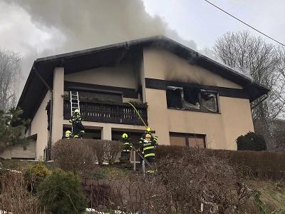 Hasiči zasahovali u požáru domu v Železném Brodě