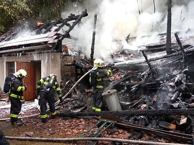Hasiči zasahovali u požáru kůlny se dřevem v Košťálově