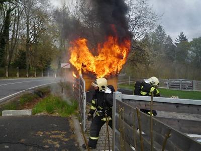 Hořela kůlna se dřevem u sychrovského zámku, škoda je 100 tisíc